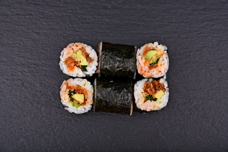 Crunchy salmon maki with avocado, chili mustard and chives