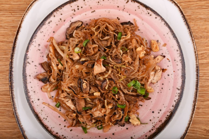 Calorie- free Singapore fried no carb noodles with chicken