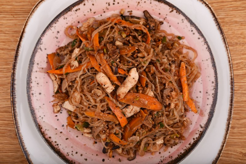 Calorie- free fried no carb noodles with peanut and chicken