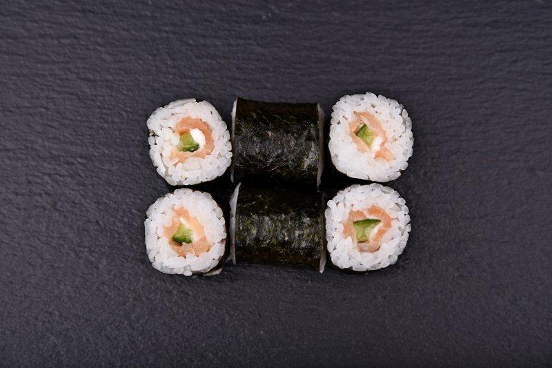 Smoked salmon-cucumber maki with cream cheese
