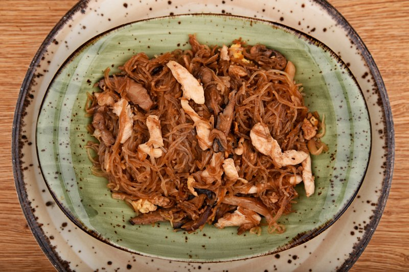 Singapore fried rice noodles with chicken
