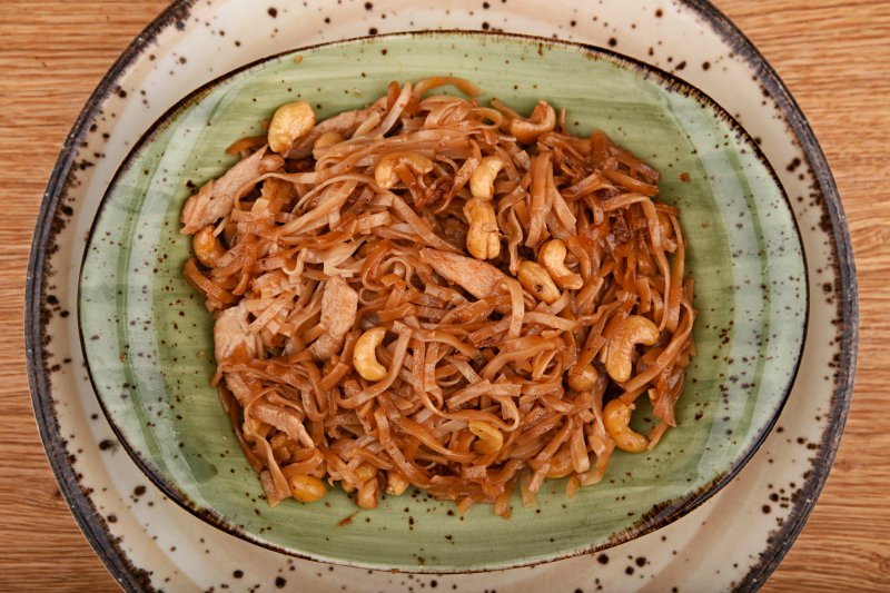 Fried rice noodles with chicken and cashew
