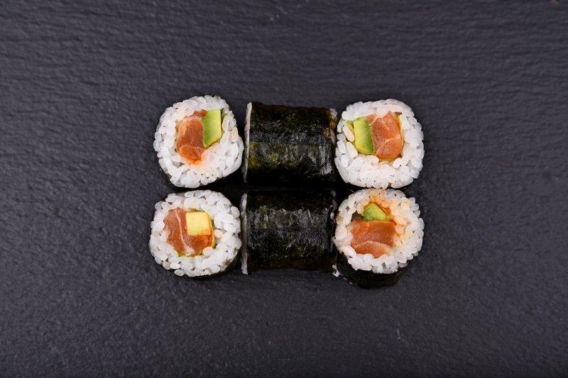 Piquant salmon-avocado maki (extra hot)