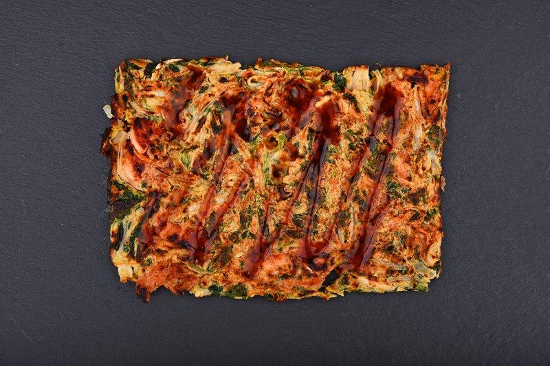 Okonomiyaki pizza with salmon and chili