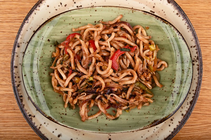 Stir fried udon noodles with vegetables in black pepper sauce