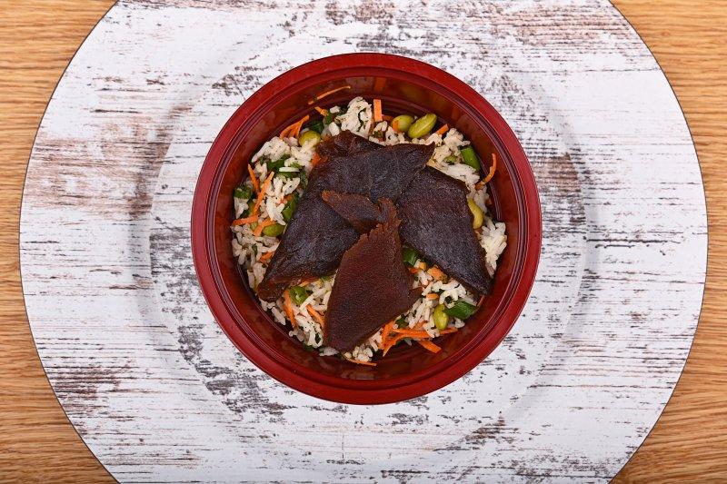 Rice salad with edamame beans and teriyaki tuna