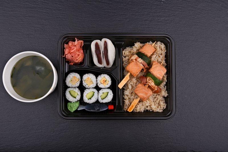 Szaszebo bento with free salad and salmon balls