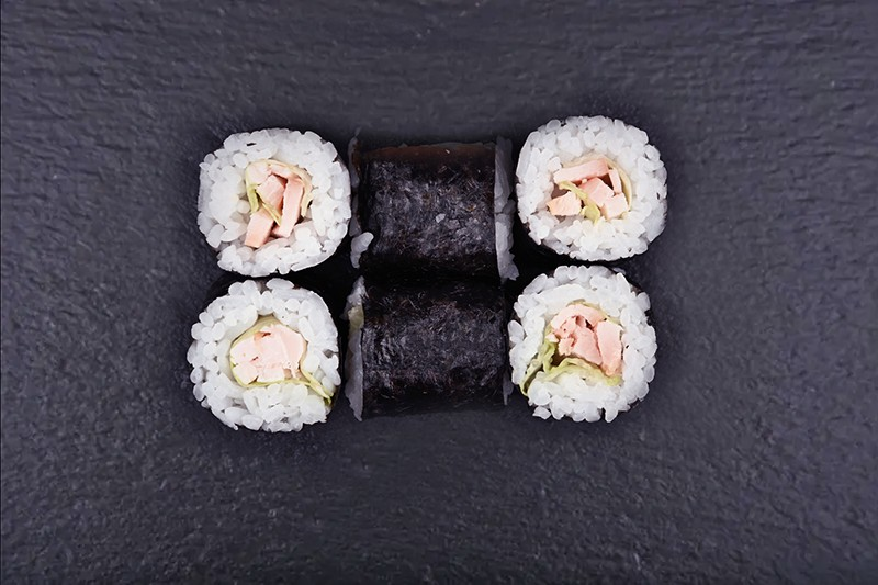 Smoked chicken breast maki with iceberg lettuce