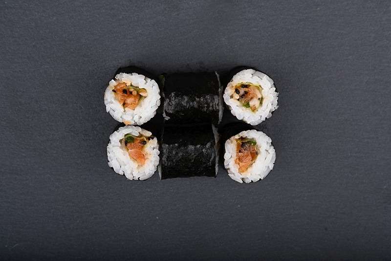 Salmon tartare maki with lettuce, chives, sesame seed and soy sauce