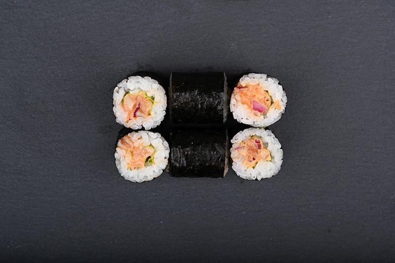 Salmon tartare maki with siracha, purple onion and japan mayo
