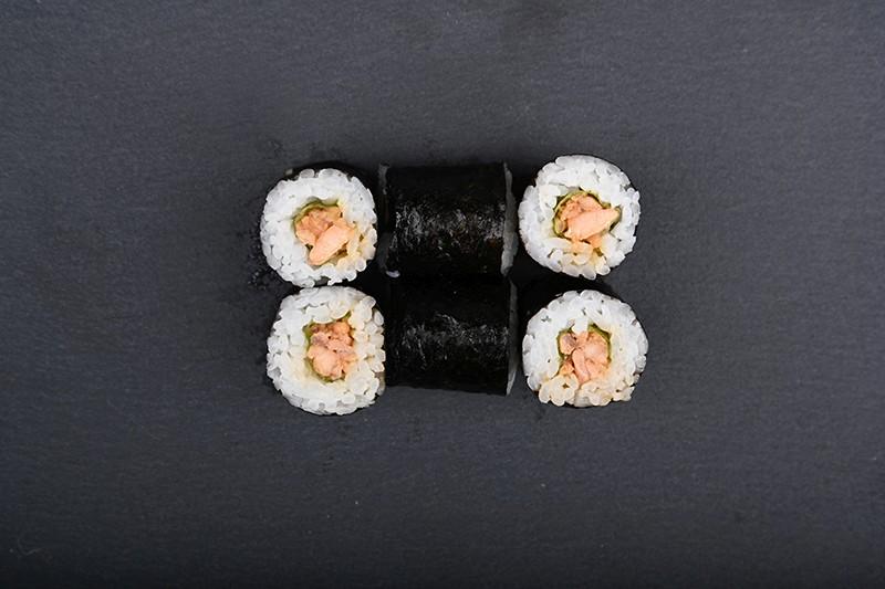 Roasted Salmon tartare maki in teriyaki with garlic and japan mayo