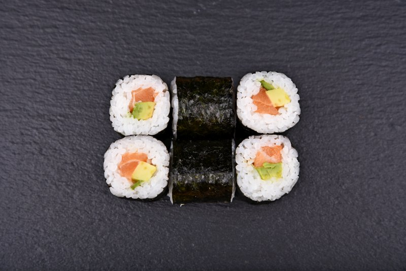 Salmon-avocado maki