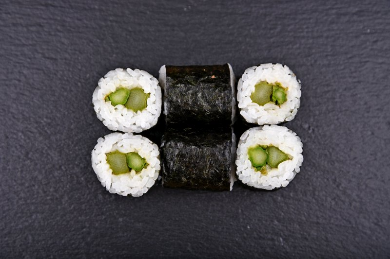 Green asparagus maki