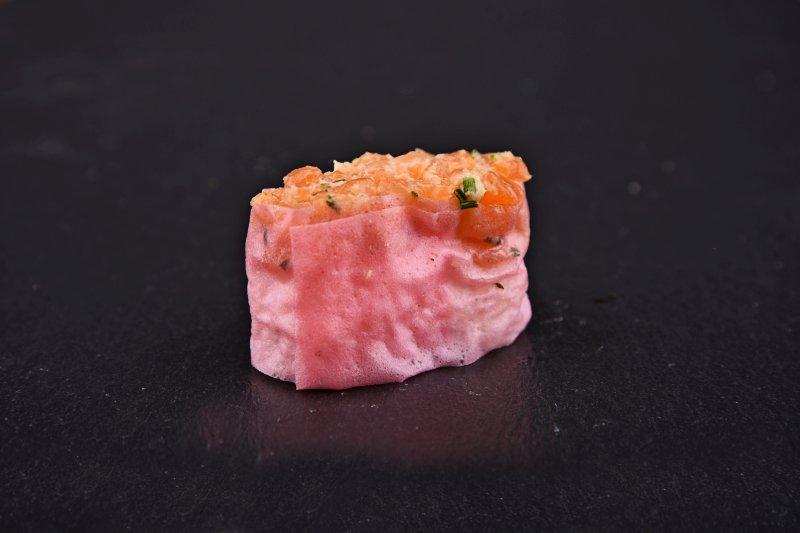 Salmon-miso tartare gunkan with chives