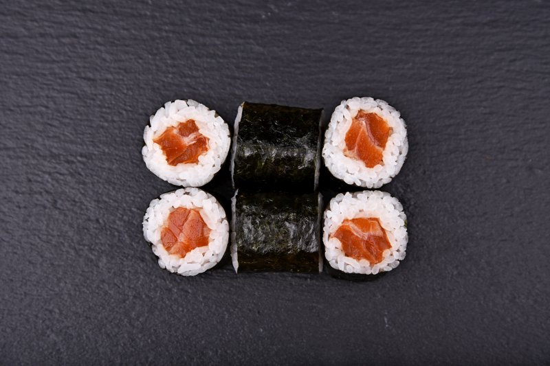 Hot marinated salmon maki