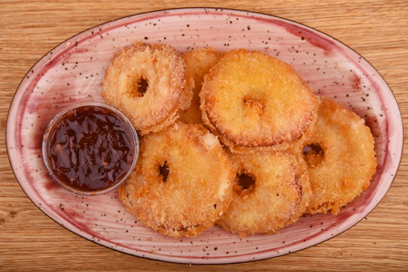 Battered apple rounds with cinnamon and chili sauce