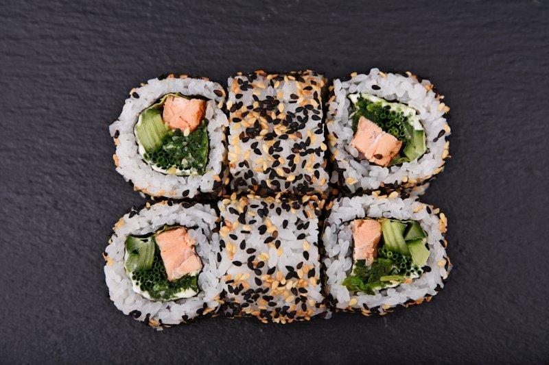 Spinach salmon Alaska maki